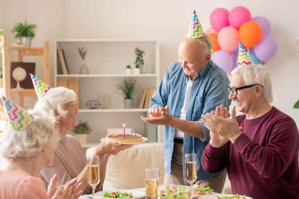 foto de amigos celebrando un cumpleaños